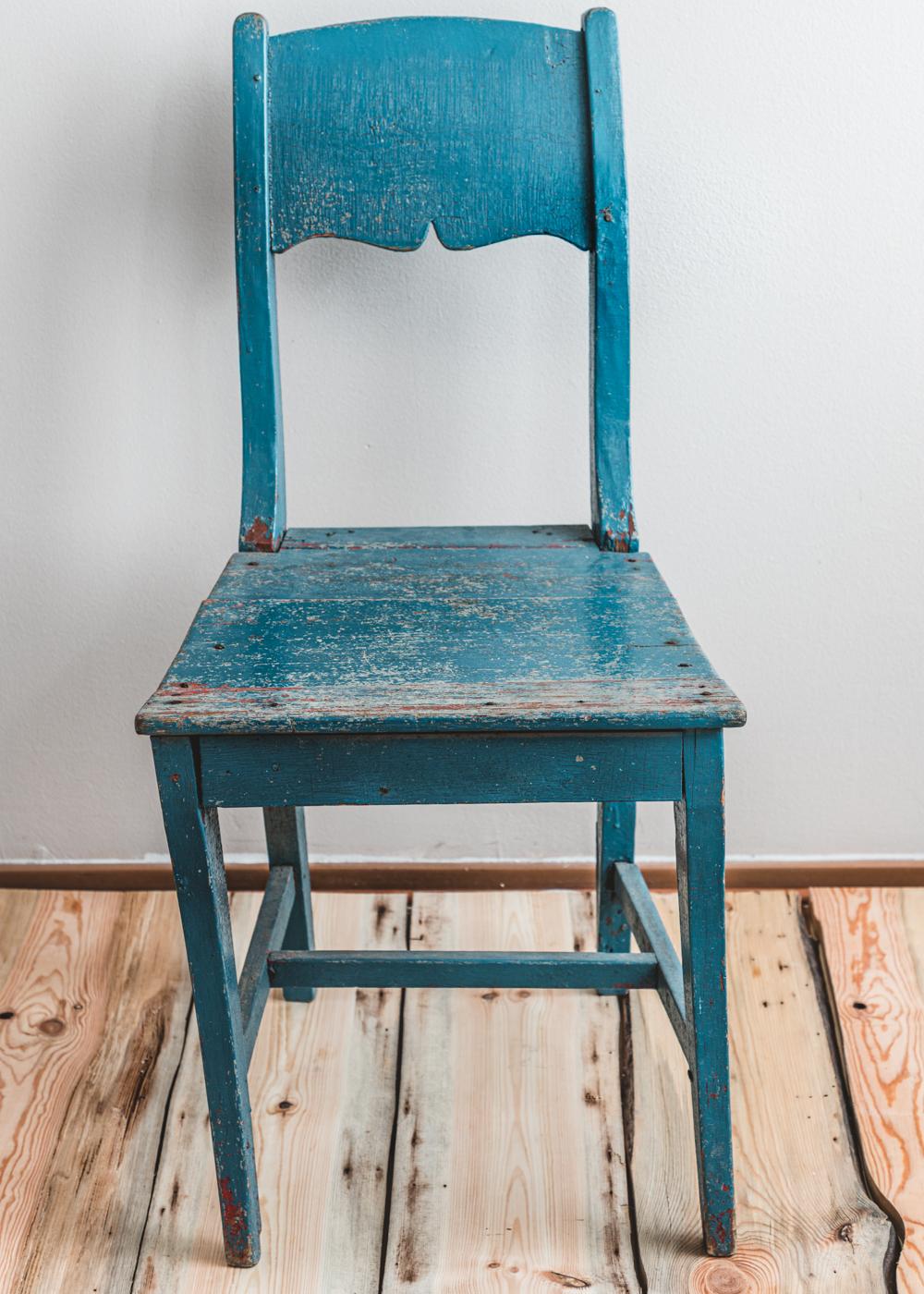 sininen antiikkinen puutuoli